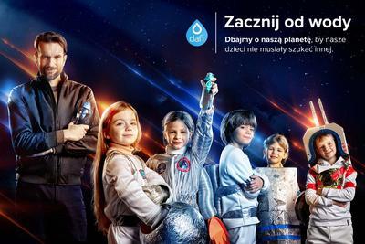 """W kampanii """"Kosmiczne wyzwanie"""" marka Dafi  zachęca do podejmowania małych kroków, które pozwolą ograniczyć nasz negatywny wpływ na środowisko. Głównym elementem kampanii jest spot reklamowy z udziałem Tomasza Kota."""
