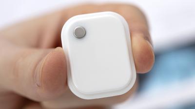 Sensor WARMIE to niewielkie urządzenie o wymiarach 3,2 cm x 2,5 cm x 0,7 cm.