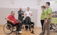 """Egzoszkielet """"stawia na nogi"""" niepełnosprawnych"""