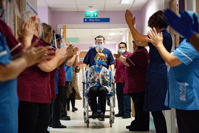 W Wielkiej Brytanii rozpoczął się narodowy program szczepień przeciwko COVID-19. W pierwszej kolejności szczepionkę otrzymają osoby powyżej 80. roku życia, a także część pracowników służby zdrowia. 90-letnia Margaret Keenan jest pierwszą osobą na świecie, która otrzymała szczepionkę koncernów Pfizer i BioNTech po dopuszczeniu jej do użytku. Została zaszczepiona w swoim lokalnym szpitalu w Coventry w środkowej Anglii. 8 grudnia, 2020 r.