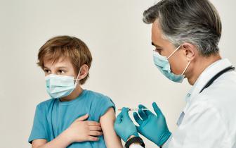 Pediatra: Więcej nastolatków z COVID-19, więcej ciężkich przebiegów