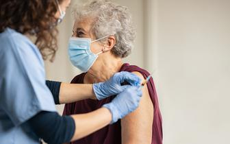 Wśród 80-latków skuteczność szczepionki firmy AstraZeneca przekracza 80 proc. [BADANIE]