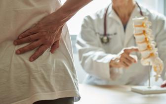 86 proc. Polaków skarży się na bóle kręgosłupa. Winny brak aktywności i dodatkowe kilogramy