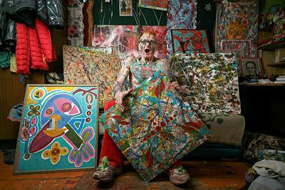 Emeryt Vladimir Sedakov, nazywany Spartakiem, pozuje do zdjęcia w swoim domu w Jekaterynburgu 28 marca 2021 r. Pokryty tatuażami 74-latek prowadzi aktywny tryb życia, całkowicie odmienny od egzystencji typowego emeryta – tworzy poezję, maluje obrazy, nosi niesamowite stroje i ma koziołka o imieniu Marusia. Fot.: ALEXEI KOLCHIN / Reuters / Forum