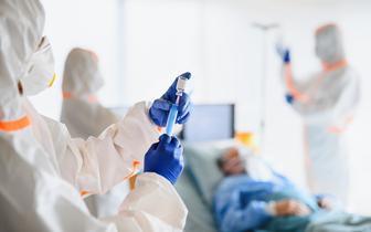 CBOS: 55 proc. Polaków chciałoby się zaszczepić przeciw COVID-19, 33 proc. nie ma zamiaru poddać się szczepieniu