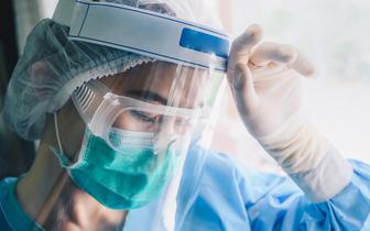 Dodatek COVID-owy dla osób wykonujących zawody medyczne: komu i kiedy przysługuje?