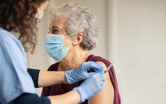 Nieterminowe dostawy szczepionek dezorganizują pracę przychodni