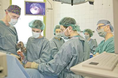 Zespół prof. Mirosława Wielgosia podczas operacji rozszczepu kręgosłupa metodą fetoskopową.