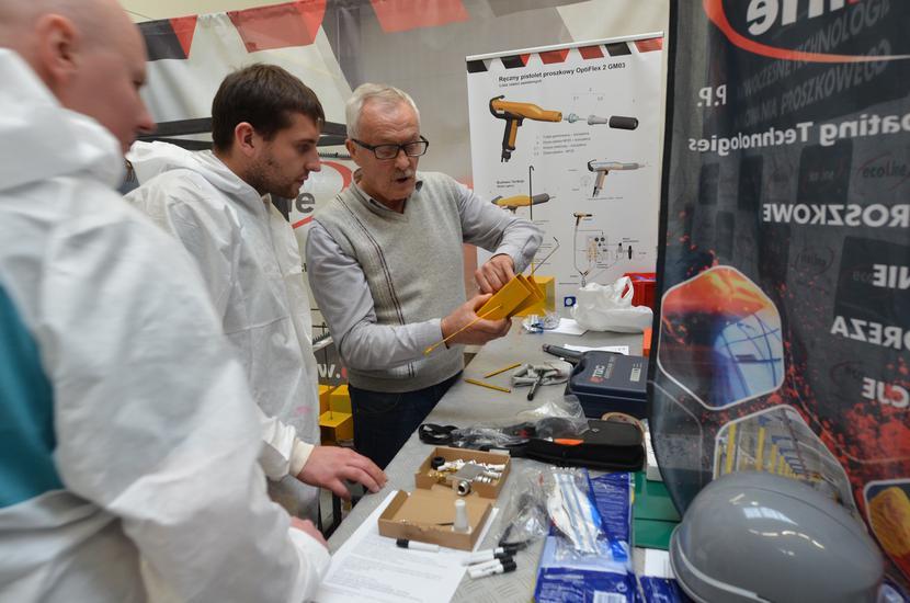 We własnym laboratorium badań i rozwoju, wyposażonym w lakiernię proszkową,prowadzone są testy malowania elementów metalowych.