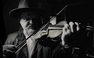 """Marek Posobkiewicz w nagraniu """"Fiddler Gisu on the Roof"""" zachęca do szczepień przeciw COVID-19"""