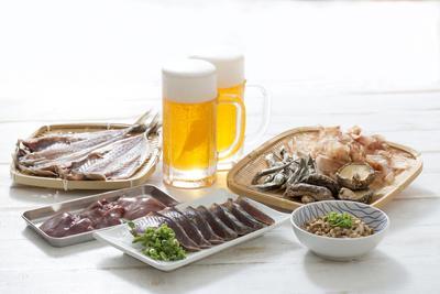 Do produktów o wysokiej zawartości związków purynowych, które zwiększają stężenie kwasu moczowego we krwi, należą m.in. galarety mięsne i rybne, ryby z rodzin śledziowatych, sardynki, szproty, owoce morza, podroby, wędliny, piwo.