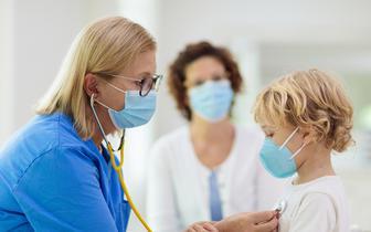 Ponad 1/3 dzieci z COVID-19 nie wykazuje żadnych objawów [BADANIE]