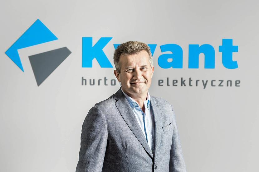 Wciąż naprzód: Pandemia nie zablokowała naszych działań. Gdy zamykała się jedna gałąź branży elektrotechnicznej, w to miejsce wprowadziliśmy sprzedaż fotowoltaiki, co umożliwiło nam utrzymanie przychodu z 2019 r. – mówi Bogusław Szlachetka, wiceprezes firmy Kwant Hurtownie Elektryczne.