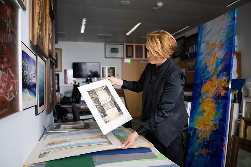 Joanna Rogala, koordynator do spraw dzieł sztuki w Banku Pekao S.A., w pracowni.