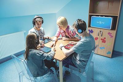 Stymulator Polimodalnej Percepcji Sensorycznej jest przeznaczony przede wszystkim dla osób z zaburzeniami komunikacji językowej, u podłoża których leżą zaburzenia przetwarzania słuchowego, wpływające m.in.: na problemy z rozumieniem mowy i jej opóźniony rozwój, trudności w czytaniu i pisaniu, kłopoty w nauce języków obcych. Urządzenie pozwala na prowadzenie terapii w formie zabawy, co przekłada się na osiąganie lepszych efektów w krótszym czasie.