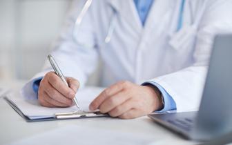 PiS rezygnuje z zapisu o kształceniu lekarzy na uczelniach zawodowych