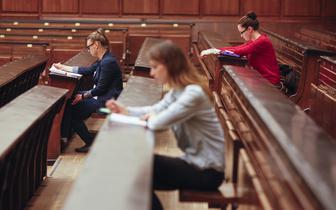 Zmiany dot. otwierania kierunków lekarskich i kredytów na studia. Sejm przyjął ustawę