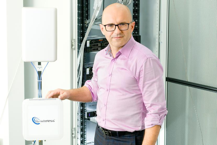Nadzieja na rewolucję: IS-Wireless, którego prezesem jest Sławomir Pietrzyk, szykuje się do pierwszych, testowych wdrożeń oprogramowania, które ma być wykorzystywane do zarządzania sieciami 5G. Spółka liczy na to, że rynek odejdzie od dotychczasowej praktyki, czyli korzystania wyłącznie ze sprzętu i systemów kilku globalnych dostawców, choć proces ten będzie trwał lata.