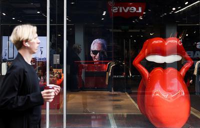 Londyn, 25 sierpnia 2021 r. Zdjęcie Charliego Wattsa w RS No. 9 Carnaby, sklepie marki Rolling Stones w Londynie. Perkusista zespołu Rolling Stones zmarł 24 sierpnia 2021 r.