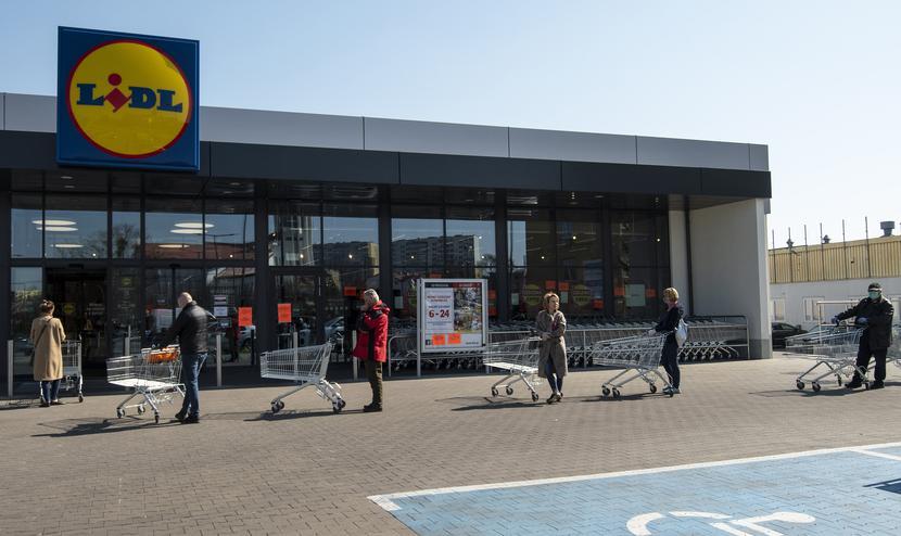 Wielkanocne długie kolejki przed sklepami powtórzą się przed Bożym Narodzeniem.  Fot. Agencja Wschód / Forum