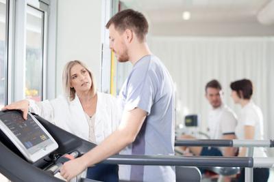 ESC zaleca regularną aktywność fizyczną w wymiarze co najmniej 150 minut w tygodniu ćwiczeń o umiarkowanej intensywności lub 75 minut ćwiczeń aerobowych o wysokiej intensywności - w przypadku osób zdrowych.