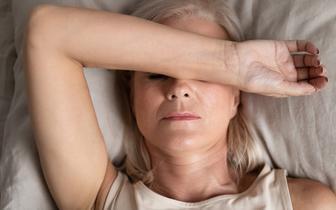 Skutki ciężkiego przebiegu COVID-19 utrzymują się długo po przechorowaniu [BADANIE]