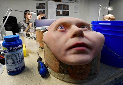 Zewnętrzna powłoka robota humanoidalnego Robo-C rosyjskiej firmy Promobot. Centrum produkcji robotów i laboratorium sztucznej skóry we Władywostoku pracuje nad tym, by humanoidalne roboty były nie tylko realistyczne, lecz także atrakcyjne. Firma Promobot, założona w 2015 r. w Permie, to największy producent autonomicznych robotów usługowych w Europie. Wykorzystywane są już w 40 krajach jako administratorzy, konsultanci, przewodnicy i odźwierni w celu zastąpienia lub uzupełnienia ludzkich pracowników. 10 marca 2021 r.