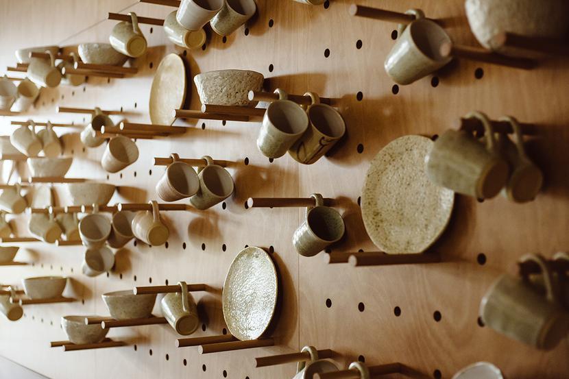 Ceramika stworzona przez pracowników Fundacji Leny Grochowskiej