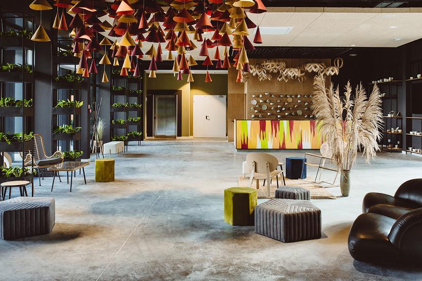 Kolorowa recepcja w nowej części hotelu Arche