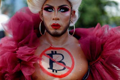 San Salvador, 7 września 2021 r. Protest przeciwko użyciu Bitcoina jako prawnego środka płatniczego w Salwadorze.