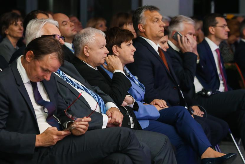 Jarosław Kaczyński i Viktor Orbán (na archiwalnym krynickim zdjęciu rozdzieleni Beatą Szydło) rzucają wyzwanie unijnej wspólnocie. Fot. Marek Wiśniewski