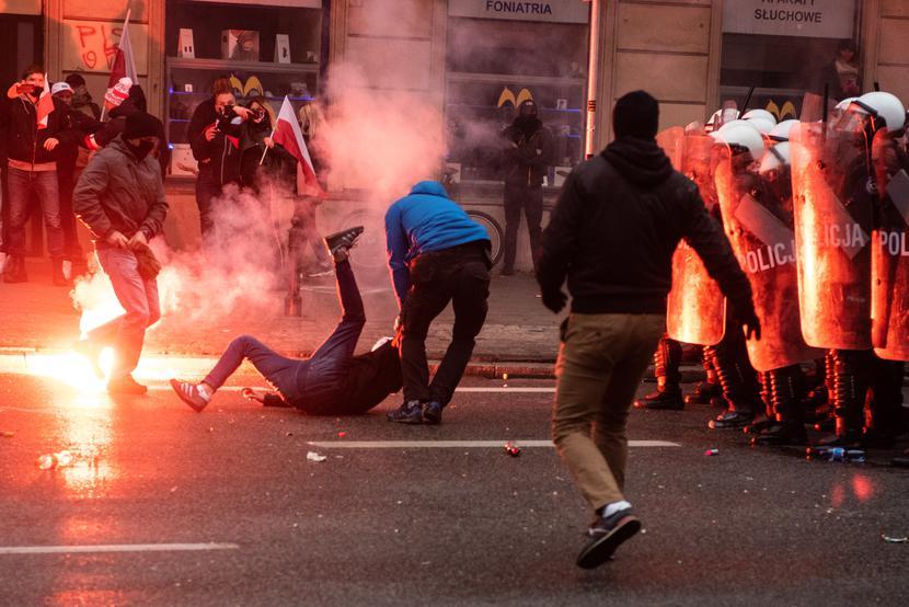 Narodowy sport    Dla hord kiboli Narodowe Święto Niepodległości stało się wymarzoną wręcz okazją do starć z policją.   Fot. Fillip Błażejowski/Forum
