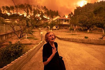 Wioska Gouves na greckiej wyspie Evia. Tysiące mieszkańców zostało ewakuowanych z powodu szalejących pożarów.