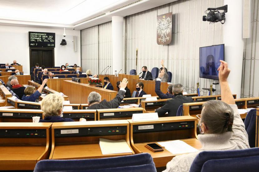 Spośrod poprawek Senatu do końcowych wersji ustaw trafiają tylko nieliczne, zaakceptowane przez senatorów PiS.   Fot. Michał Józefaciuk / KS