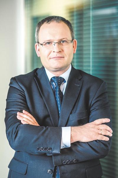 Maciej Miłkowski: W Polsce podjęto decyzję o zmniejszeniu dostępności do usług medycznych w czasie epidemii — zostały one ograniczone do działań niezbędnych, ratujących życie chorego.