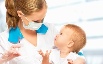 Bez szczepień przeciwko 10 chorobom umierałoby o niemal połowę więcej dzieci poniżej 5. r.ż. [BADANIE]
