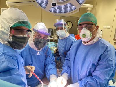 Zespół operacyjny w trakcie transplantacji.