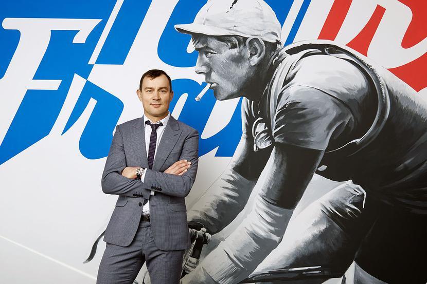 Śladami spółki matki: Dadelo, którego prezesem jest Ryszard Zawieruszyński, chce powtórzyć giełdowy sukces spółki matki Oponeo, która na giełdzie debiutowała z przychodami rzędu 30 mln zł, a w tym roku powinna przekroczyć 1 mld zł obrotów. E-sklep szacuje, że ma około 1-procentowy udział w rynku sprzedaży rowerów i akcesoriów, ale liczy na dużo więcej.
