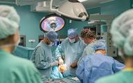 """Pionierska operacja na WUM: wszczepienie """"uszytej na miarę"""" endoprotezy"""