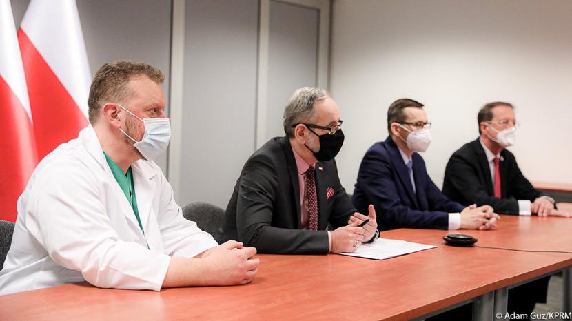 Prof. Łukasz Szumowski, minister Adam Niedzielski, premier Morawiecki i prof. Hryniewiecki