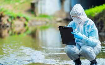Mikrodrobiny plastiku w rzekach sprzyjają oporności na antybiotyki [BADANIA]