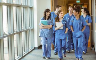 """Lekarze o likwidacji stażu podyplomowego. """"Zaczynam odczuwać autentyczny strach"""""""