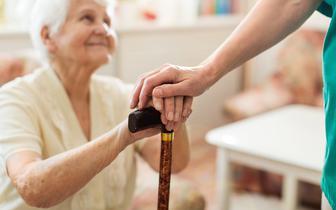 Szczepienia przeciwko COVID-19. Na jakie trudności najczęściej napotykali seniorzy?