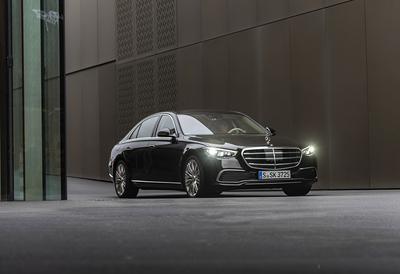 Mercedes-Benz S 500 4MATIC; Exterieur: Onyxschwarz; Interieur: Leder Exklusiv macciatobeige/magmagrau;Krafstoffverbrauch kombiniert (NEFZ): 8,4-7,8 l/100 km, CO2-Emissionen kombiniert (NEFZ): 192-179 g/km*Mercedes-Benz S 500 4MATIC; exterior: onyx black, AMG Line; interior: leather exclusive macchiato beige/magma grey;Combined fuel consupmtion (NEDC): 8.4-7.8 l/100 km, combined CO2-emissions (NEDC): 192-179 g/km*