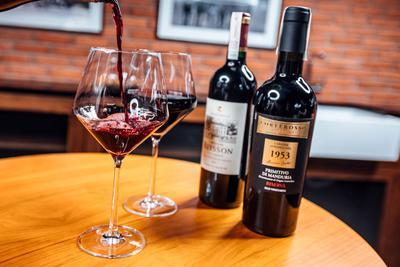 ZŁOTA 44 oferuje swoim mieszkańcom możliwość odpłatnego skorzystania z profesjonalnej piwniczki, która może pomieścić ponad dziewięć tysięcy butelek wina, któremu nieprzerwanie zapewniane są idealne warunki.