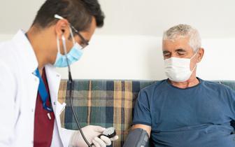 Opublikowano zalecenia dotyczące leczenia w domu osób z COVID-19