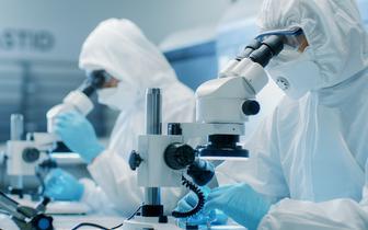 Dr Piotr Rzymski: poziom przeciwciał po COVID-19 spada, ale nie tracimy wówczas odporności