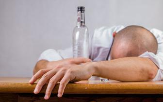 COVID-19 a picie alkoholu i palenie papierosów. Czy epidemia zmieniła nawyki Polaków?