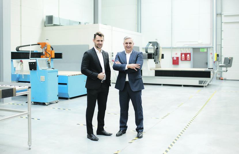Dzisiaj jesteśmy w zupełnie innym miejscu niż kilka lat temu. Zaplanowane przez nas inwestycje, związane z powiększeniem parku maszynowego, sukcesywnie wprowadzamy w życie. Nasze ambicje nie dopuszczają stagnacji w działaniu – mówią Mariusz Mszyca, prezes zarządu NGPlast (z prawej) i Łukasz Pawęzka, wiceprezes spółki.
