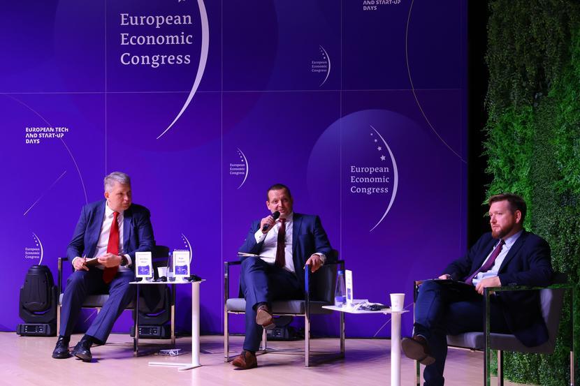 WIELOLETNIA PERSPEKTYWA: – W morskiej energetyce wiatrowej mamy dużo do zrobienia, ale postrzegam to jako szansę. Offshore dzieje się już dziś, ale dobrze by było, żeby Polska była beneficjentem rewolucji w dalszym kroku. Rozwijając energetykę offshore, miejmy przed oczami perspektywę 20-30 lat – żebyśmy stworzyli sobie warunki, dzięki którym łatwiej będzie potem skorzystać z rewolucji związanej z zielonym wodorem – przekonywał Piotr Świecki, dyrektor ds. energetyki w firmie Budimex.